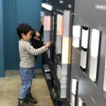 今日はもうすぐ4歳になるお兄ちゃんと1歳の弟のかわいい兄弟が、ラボ室に見学に来てくれました。お兄ちゃんは水族館に行っても魚よりエレベータ―に興味津々というほどの大のエレベーター好き!今日もラボ室に展示してある製品をとても嬉しそうな笑顔でたくさん押してくれました。建物の各フロアには何があるのかをちゃんと覚えてしまう素敵な特技をもつお兄ちゃんのお気に入りは、1階~14階の階層を表すインジケーター。これからも色々な建物のエレベータ―のボタンやインジケーターに注目してくれたら嬉しいです。また来てくださいね~♪ 2018年11月