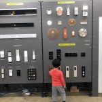 """島田電機に嬉しい出来事がありました。エレベーターが大好きな4歳の男の子""""がラボ室""""を見学に来てくれたのです!ラボ室に足を踏み入れたとたん、展示されているたくさんのボタンを夢中で押し続けるかわいい背中を見ていると、とても嬉しい気持ちになりました。男の子のお母様が、メディアに掲載された島田電機の記事を見て会社のことを知って下さり、ホームページを見てラボ室を知って下さって実現した出会い。広報活動を始めて良かったと改めて思う出来事でした。 2018年4月"""